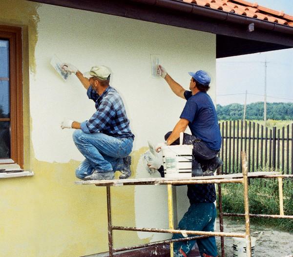 На фото – процесс отделки фасада