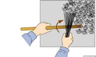 Нанесение штукатурки при помощи веника