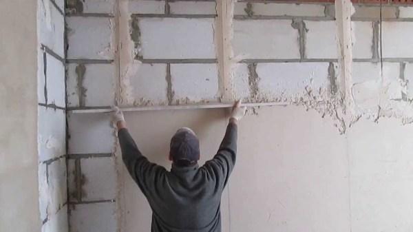 Оштукатуривание стены по маякам