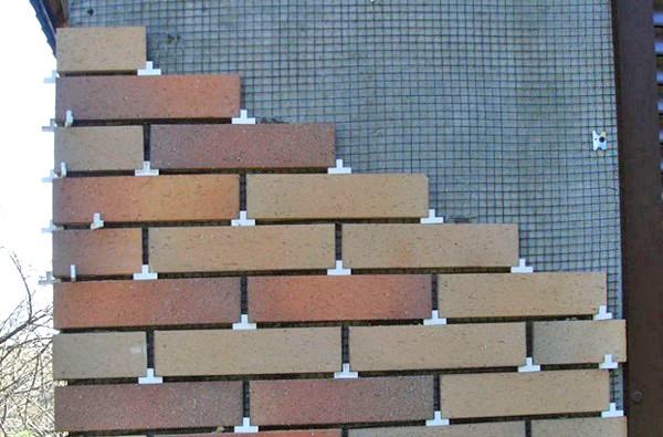 При креплении используем строительные крестики