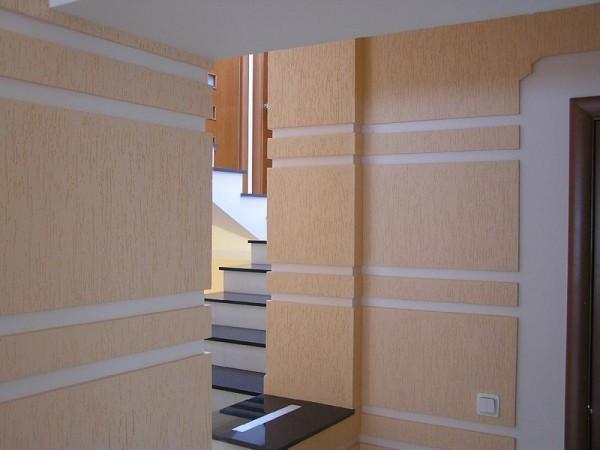 Декоративная штукатурка в дизайне вестибюля загородного дома