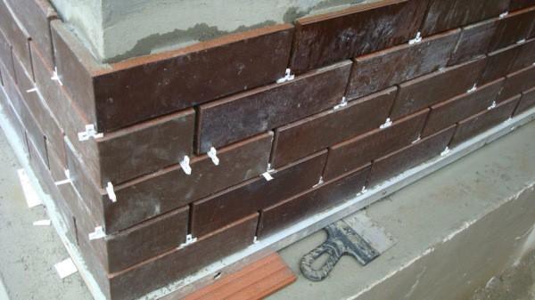 Для ровности шва применяем строительные крестики