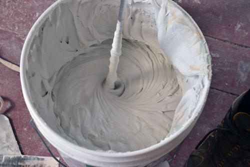 Для смешивания гипсовых и цементных шпаклевок используйте дрель с насадкой-миксером