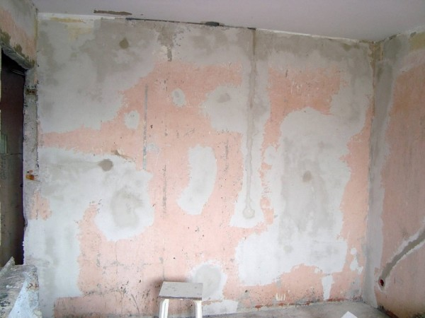 На фото стена после первичного выравнивания