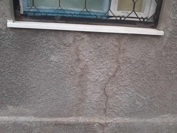 Результат – появление трещин и отваливающаяся штукатурка