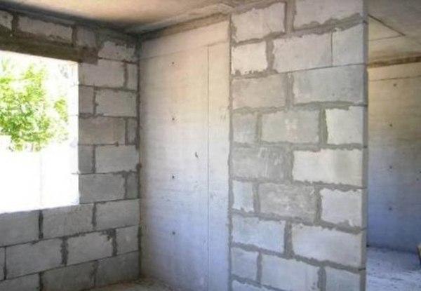 Штукатурка и шпаклевка стен из газобетона должна производиться по специальной технологии