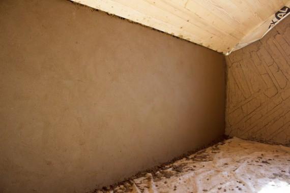 Стены отделаны глиной