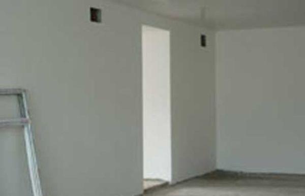 Стены после финишной шпаклевки идеально ровные и белые