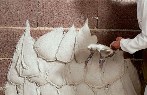 Метод вирівнювання стін стартовою шпаклівкою товстим шаром