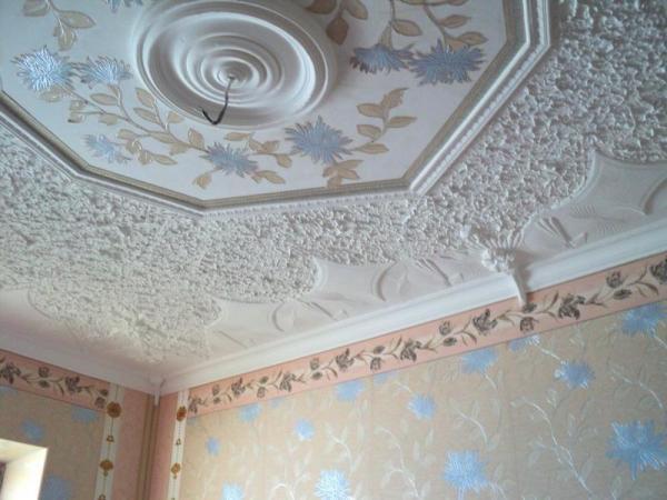 Комбинация нескольких техник оштукатуривания потолка