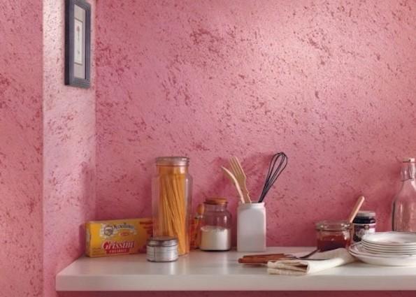 На этом фото обоями под «венецианку» оклеена рабочая зона на кухне