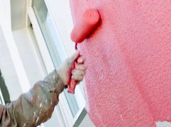 На фото – покраска фасада валиком