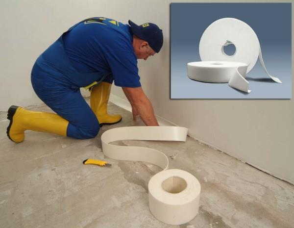 В рамках подготовки к облицовке: гидроизоляция стыков стен и пола в ванной