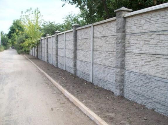 Атмосферостойкая грунтовка для бетонного забора надолго сохранит его поверхность в неизменном виде и позволит сократить расход краски