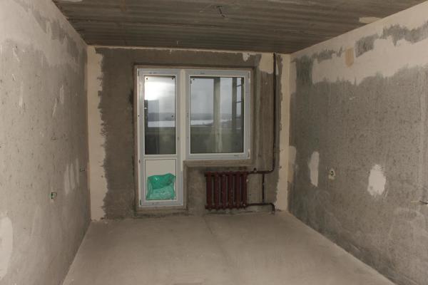 Для ровных бетонных стены достаточно одного-двух тонких слоёв штукатурки