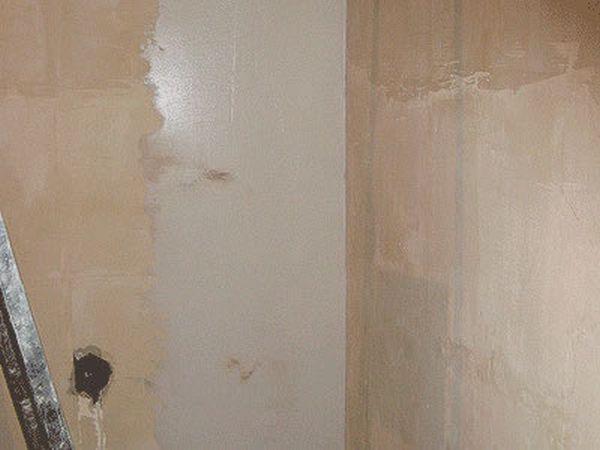 Фото фанерных стен в процессе шпаклевки