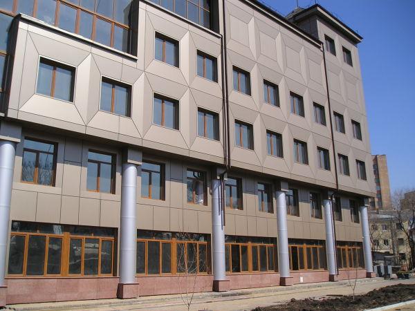Металлические линеарные панели в дизайне фасада