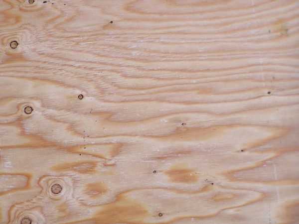 Тонкие обои и краска не скроют и неровный цвет материала, сучки и разводы на поверхности
