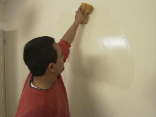 Если после грунтования прошло много времени, и на поверхность осела пыль, перед финальной отделкой стены следует очистить от неё с помощью влажной губки