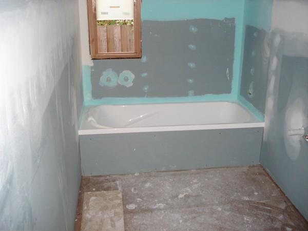Фото ванной после первого этапа шпаклевки