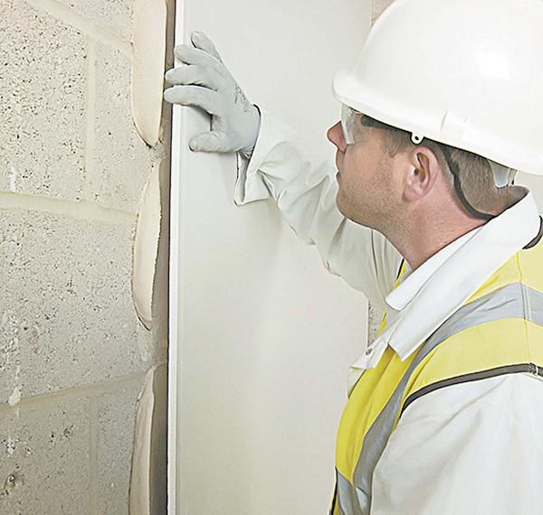 Как положить плитку на шпаклеванную стену