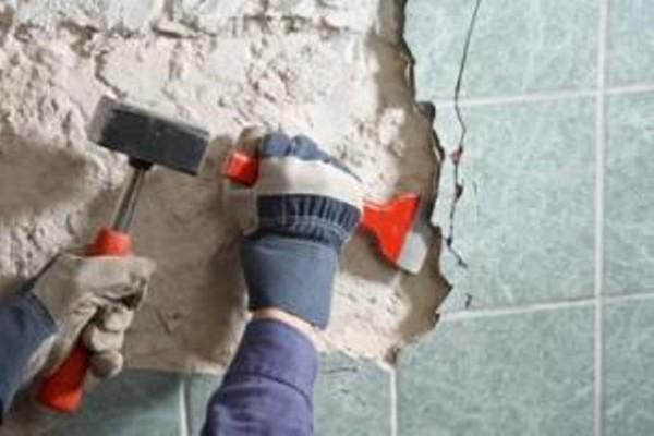 На основание, устроенное из качественной шпаклевки, отвечающей все перечисленным требованиям, плитка приклеивается «намертво», и удалить её при следующем ремонте будет непросто