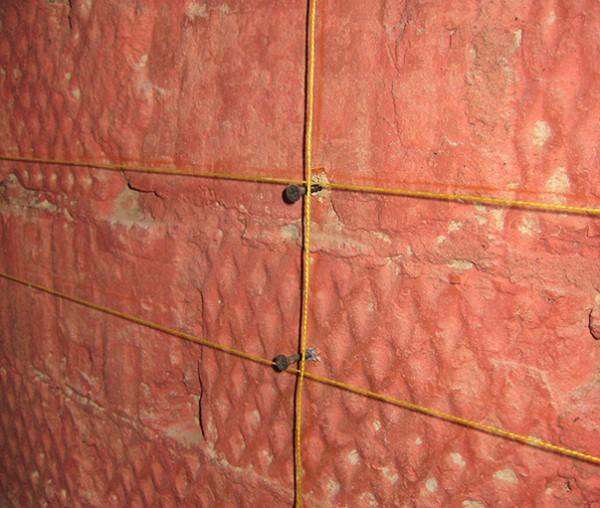 Расстояние от стены до нити или плоскости уровня – это и есть минимальная толщина слоя