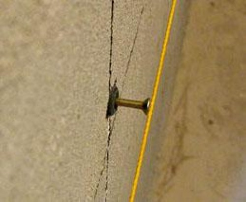 Шляпки шурупов, расположенные на одной вертикальной линии, станут опорами для маяка