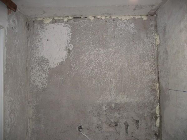 Стыки между плитами заполняются монтажной пеной, излишки которой срезаются после высыхания