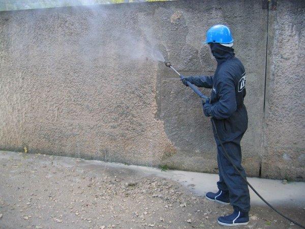 Увлажнение стены с помощью краскопульта