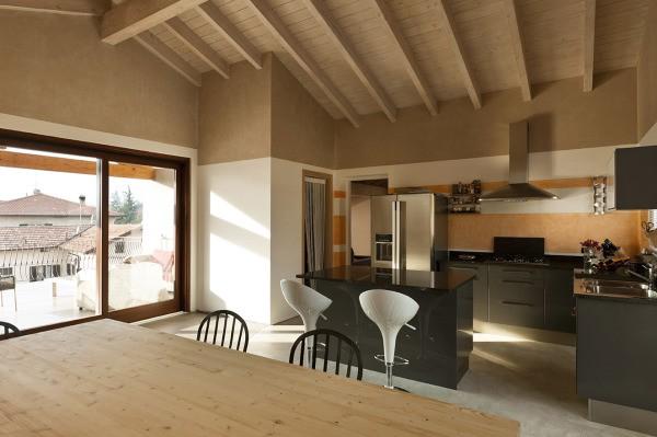 Интерьер деревянного дома с окраской по гипсокартону