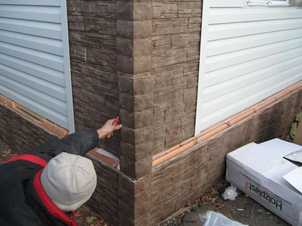 Отделка фундамента дома и его стен: компактные панели с имитацией камня
