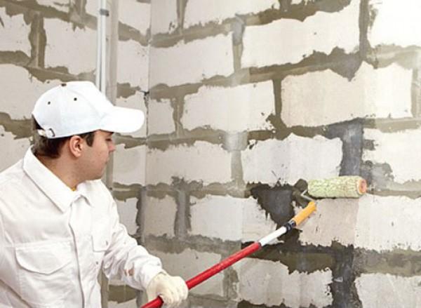 Относительно ровные стены можно сразу грунтовать и шпаклевать