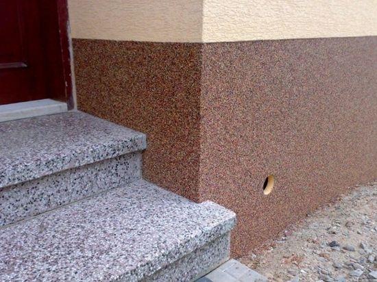 Пример отделки цоколя мозаичной штукатуркой