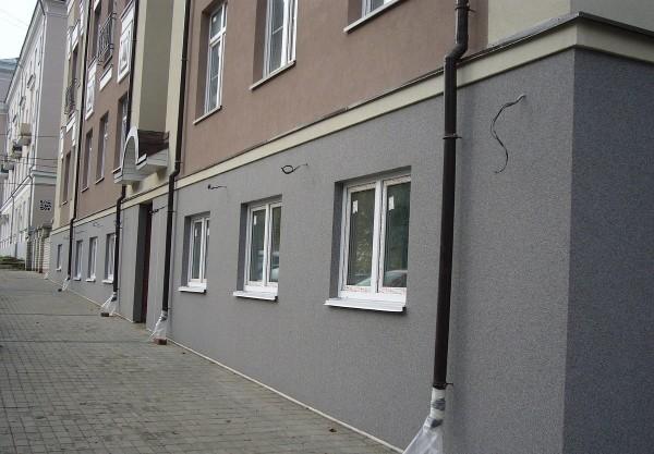 Многоэтажный дом, оштукатуренный мраморной крошкой