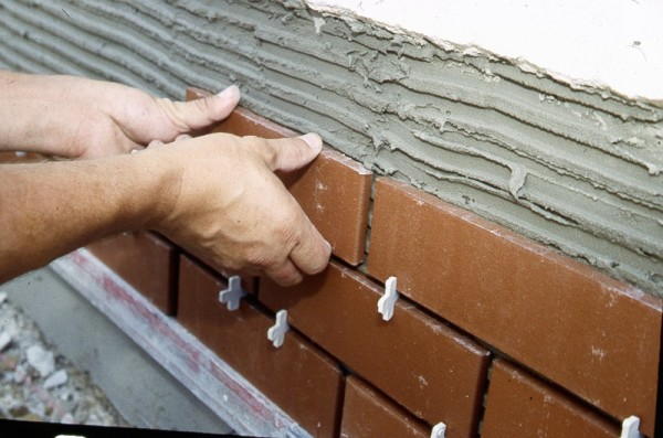 Монтаж плиток: контроль толщины швов