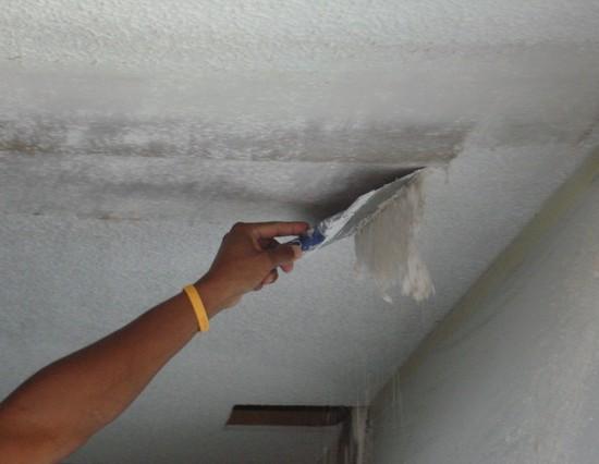 При очистке увлажненного покрытия образуется меньше пыли