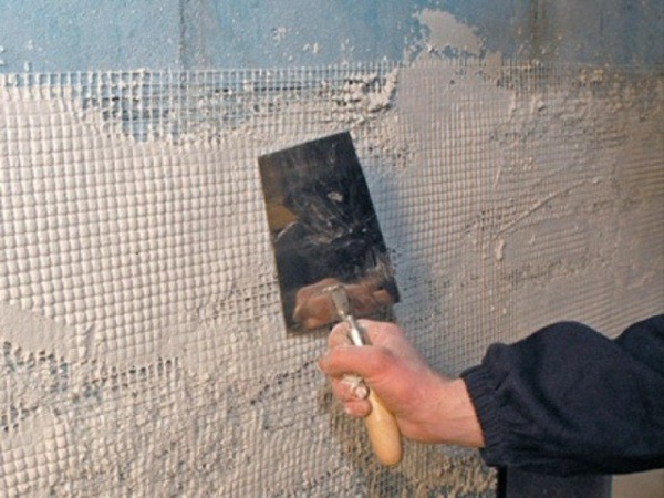 Набрызгом наносим раствор на стену