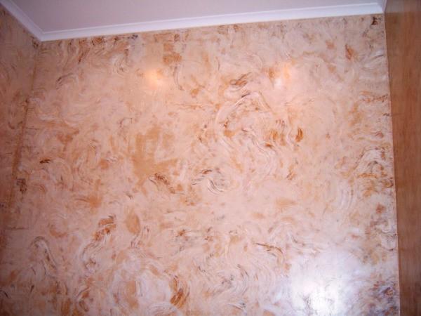 Эффект мрамора на стене комнаты