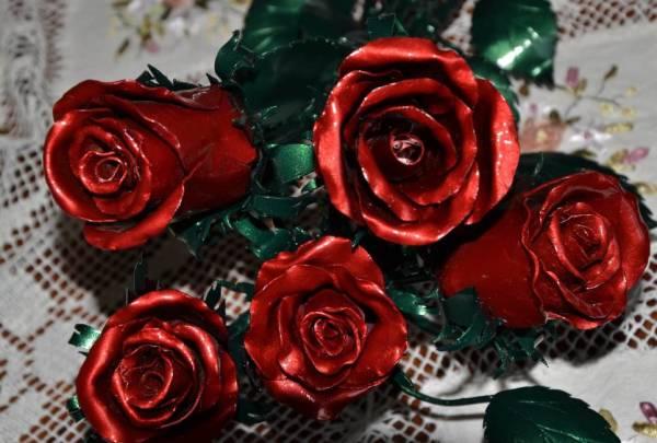 Кованые розы в красной и зелёной патине