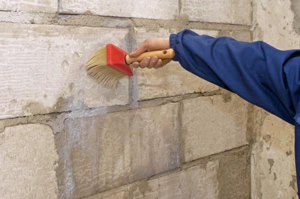 Обработка поверхности стен грунтом