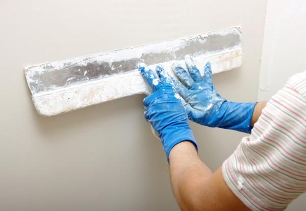 После высыхания штукатурки поверхность сразу можно красить или оклеивать