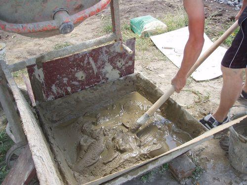 Приготовление самодельного штукатурного раствора из цемента, песка и воды