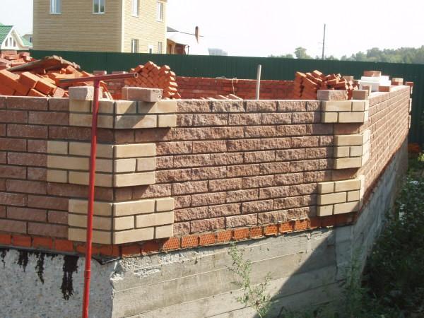 Рельефные элементы в угловых зонах кирпичных стен