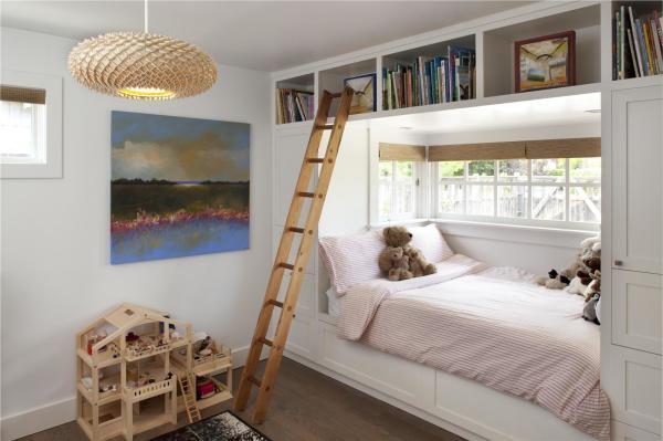 Вариант дизайна дачного дома со встроенной мебелью