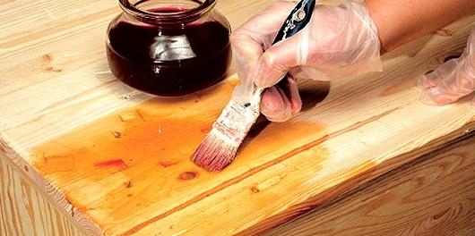 Нанесение лака на деревянную поверхность