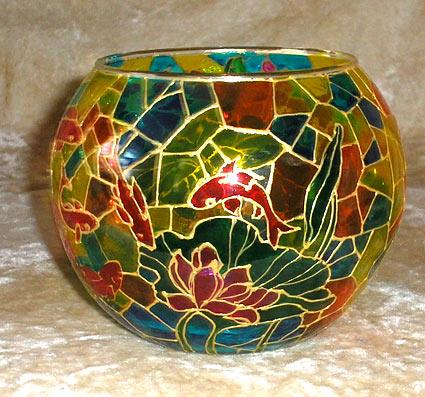 На фото аквариум, расписанный витражными красками