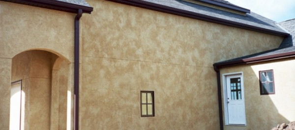 Фасад дома, покрашенный текстурной краской