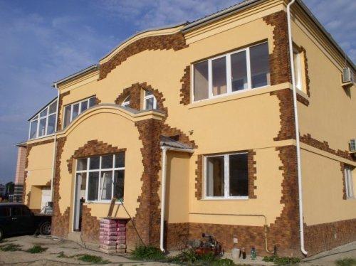 Комбинированная отделка фасада со штукатуркой и имитацией камня