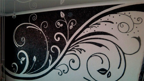 Контрастный рисунок, выполненный при помощи жидких обоев